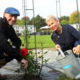 anne-marie jung en burt rutteman plantten de rode roos van de liefde bij de mammaloewagen , buitengoed de gaard