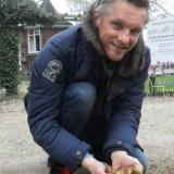 barry atsma plant gladiolenbloembollen bij buitengoed de gaard paasmaandag 06-04-2015