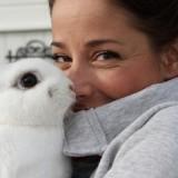suzan seegers knuffelt konijntje bij buitengoed de gaard foto belinda keulen