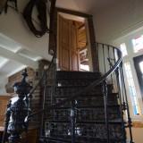 gietijzeren trap naar torenkamer in vakantiehuis leudal foto harrie bos