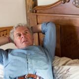 huub stapel bewondert het torenkamertje in vierseizoenenhuisje op 'zijn' bed. buitengoed de gaard