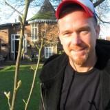 johnny de mol bij zijn rett-e-ke-tet boom-magnolia geplant bij het vierseizoenenhuisje buitengoed de gaard