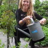 maike boerdam watert haar hartsvrienden roos voor rett bij buitengoed de gaard