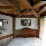 nieuw boxspring bed met antiek headboard in vakantiehuis limburg foto harrie bos
