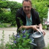 richard groenendijk plant koningsblauw ridderspoor voor gastvrouw-ridder-oranje nassau- anja versteeg-peters bij buitengoed de gaar