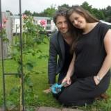 samen in blijde verwachting van hun eerste kindje, samen planten van een roos bij buitengoed de gaard limburg