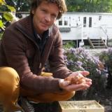 sander janson plant tulpenbollen bij pipowagendeluxe buitengoed de gaard