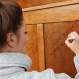 suzan-suus-seegers signeert  het headboard van het boxspring bed in het torenkamertje foto belinda keulen