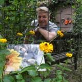 tony neef bezoekt zijn sonnebloem die hij in 2014 plantte bij buitengoed de gaard 12-07-2015