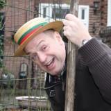 tony neef draagt originele hoed van wim sonnevled tijdens plant van de rett sonnebloemen buitengoed de gaard