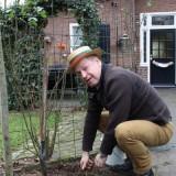 tony neef plant sonnebloemen voor rett bij vierseizoenenhuisje buitengoed de gaard