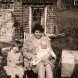 voormalige kiosk met uw gastvrouw bij haar moeder op schoot 1965 foto bair peters