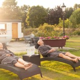 relaxen en afkoelen tussen de saunagangen door bij de weide wereld wellness buitengoed de gaard fotografie belinda keulen