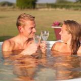 weide wereld wellness relaxen in houtgestookte hot-tub voor gasten vakantiehuisje-pipowagens bij buitengoed de gaard fotografie belinda keulen
